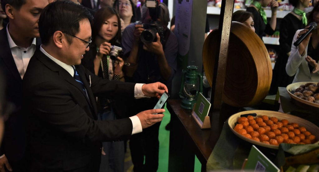 Deputy Minister of Domestic Trade and Consumer Affairs YB Tuan Chong Chieng Jen trying WeChat Pay e-Wallet